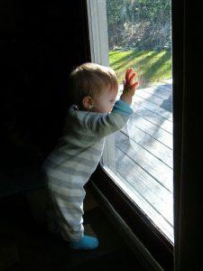 窓に寄りかかりベビー